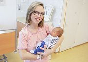 JINDŘICH SRBA se narodil 13. března v 0 hodin a 29 minut. Měřil 51 centimetrů a vážil 3550 gramů. Maminku Lucii podpořil u porodu tatínek Jindřich. Doma ve Vyšehněvicích na nového sourozence čeká dvoupůlletá Viktorka.