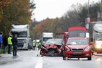 Řidič se nejprve srazil s kamionem. Když vystoupil, smetlo jej další auto.
