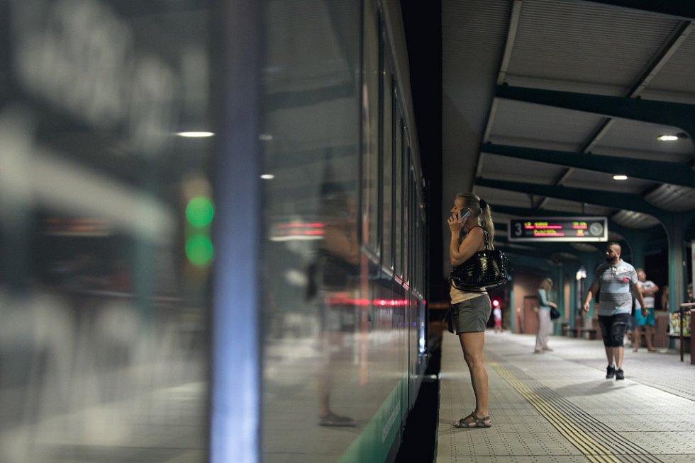 Na dvě stě cestujících z Leo Expressu mělo v Pardubicích neplánovanou hodinovou zastávku. Policie vlak prohledávala kvůli oznámené bombě.