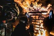Čapí hnízdo z komína bohdanečských lázní museli hasiči sundat. Podle ornitologů už nebylo v dobrém stavu.