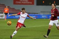 FORTUNA:LIGA - 12. kolo: AC Sparta Praha - FK Pardubice (v bílém Michal Surzyn)