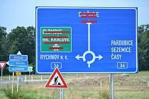 Většina nových značek na nové přeložce I/36 u Časů.