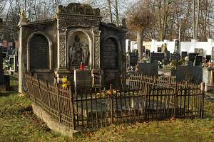 Hrob spisovatele Jaromíra Johna v Pardubicích