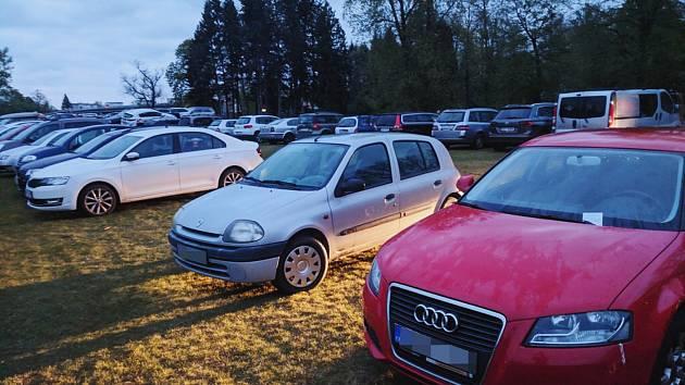 Dvacítka řidičů nalezla za stěračem svého vozu po úterním hokejovém utkání výzvu od Městské policie Pardubice.