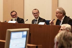 Nové vedení Pardubického kraje. (zleva) první náměstek Roman Línek (KPK), hejtman Martin Netolický (ČSSD) a druhý náměstek Michal Kortyš (ODS).