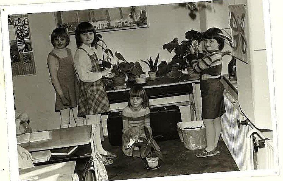 DÍVKY SE STARAJÍ o květinovou výzdobu školy na snímku z roku 1980.