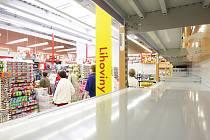 Regály s lihovinami v marketech zejí od sobotního rána prázdnotou.