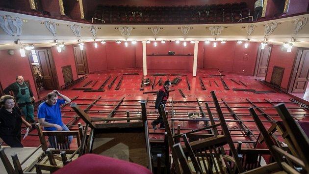 Divadlo se mění v plesový sál
