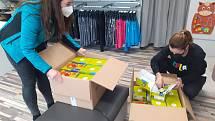 S koncem nouzového stavu se mohou od pondělí otevřít obchody s dětským oblečením, s obuví a papírnictví. Řada z nich se na znovu otevření připravovala i během víkendu.