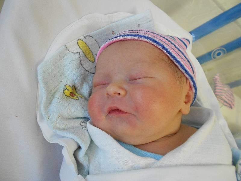 FILÍPEK VAl'LKO přišel na svět 30. září ve 14.45 hodin. Měřil 49 cm a vážil 3500 g. Velkou radost udělal svým rodičům Andree a Mariánu Val'kovým z Provozu. Tatínek to u porodu zvládl velmi dobře.