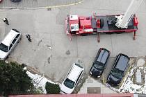 Tento případ z pardubické Palackého ulice dokumentuje, jak to vypadá, když se parkuje na zákazu. Nástupní plochy pro hasiče blokují  dvě černá auta, která stojí přímo na žlutých čarách. I dvě bílá auta ale stojí v tom, co je pro hasiče nástupní plocha.