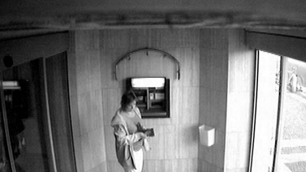 Úterý 8. září 2009 cca 9:30. Policie pátrá po ženě, kterou zachytily kamery u bankomatu České spořitelny na třídě Míru.