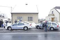 Slávističtí rowdies cestou na futsal v Chrudimi řádili v Bukovce na Pardubicku. Rozbili několik oken a jízdní kolo.