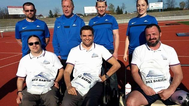 Skupina tělesně postižených sportovců.