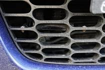 Zakázaný aktivní antiradar se ukrýval pod mřížkou přední masky vozidla