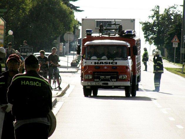 """Ve Volči cvičilo několik desítek hasičů. """"Hořel"""" sklad zemědělské firmy."""