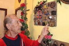 EMIL LACINA z Úpice má doma sbírku visacích zámků. Předsíň mu zdobí více než čtyři stovky exponát