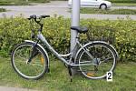 Srážka automobilu s cyklistkou 29. června u Kauflandu. Policie k ní hledá svědky.