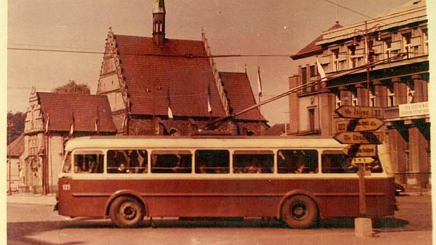 1959. Trolejbus zatáčí na třídu Míru, jež tehdy byla součástí silnice I/37, jak napovídají ukazatele.Tento vůz původně jezdil v Mostě, kde byly trolejbusy nahrazeny tramvajemi.  Foto: Archiv DPmP
