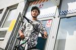 Charita sháněla pro Dominika kolo, aby mohl jezdit do školy. Výzvu vyslyšelo město Pardubice a jeho městská policie.