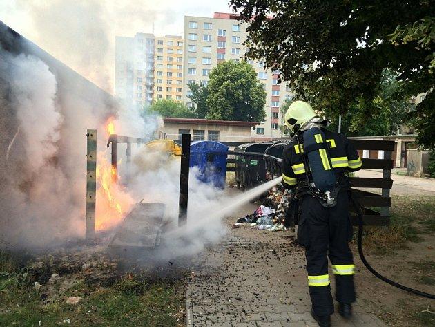 Pětice plastových kontejnerů na Palackého třídě byla zničena požárem.