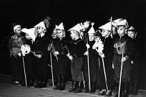 VÁNOČNÍ BESÍDKA 1957 v Rybitví. Znáte chlapce na fotografii? Dnes jsou to muži, kterým je kolem 67 let.