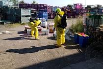 Dva poškozené kanystry s kyselinou v Dolní Rovni, na místě zasahovaly dvě jednotky hasičů.