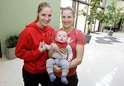 Basketbalovým sestrám Kateřině a Karolíně Elhotovým se podařil vskutku husarský kousek. Dětský pokojíček vyměnily za nároďák.