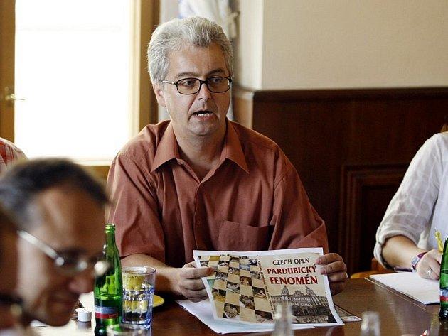 Sepsáno... Devatenáct ročníků mapuje kniha Lukáše Klímy a Sergeje Movsesjana. Obálku ukazuje ředitel Jan Mazuch