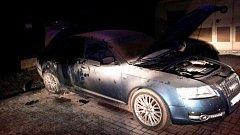 Požár auta byl založen úmyslně. Žhář se snažil zapálit nádrž vozidla.