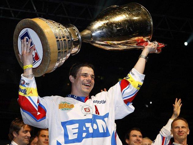 Petr Sýkora s extraligovou trofejí