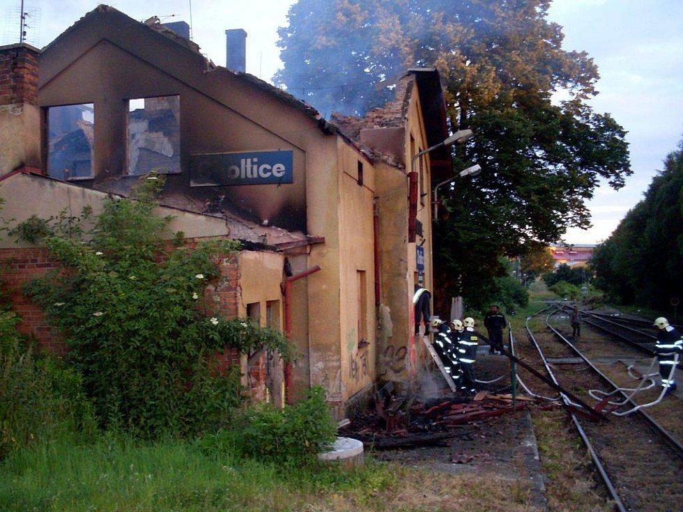 Choltické nádraží lehlo popelem. Požár opuštěné stanice pravděpodobně zavinili bezdomovci
