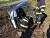 Řidička poslala auto do příkopu, tahat ho musel jeřáb