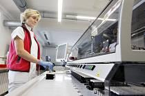 Nový robotický systém v laboratoři nemocnice: Na to, co dříve zaměstnalo až osm lidí, dnes stačí dva. O práci ale prý nikdo nepřišel.