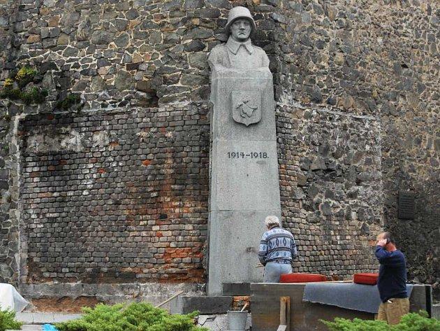Pomník u zvonice sv. Bartoloměje v Pardubicích