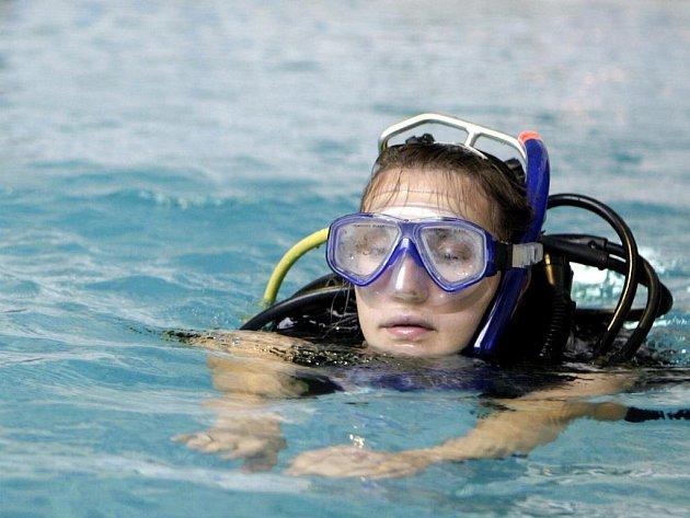 Budoucí zdravotničtí záchranáři si v pardubickém plaveckém areálu zacvičili společně se strážníky pardubické městské policie.