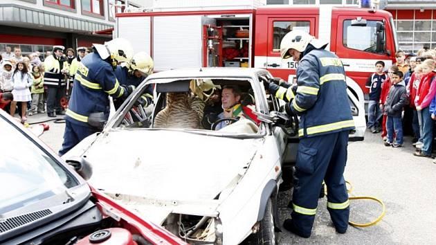 Hasiči předvedli ukázku vyproštění osob po dopravní nehodě