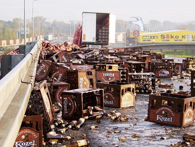 Odstranění následků nehody, při které skončily na silnici stovky pivních lahví, trvalo několik dlouhých hodin.