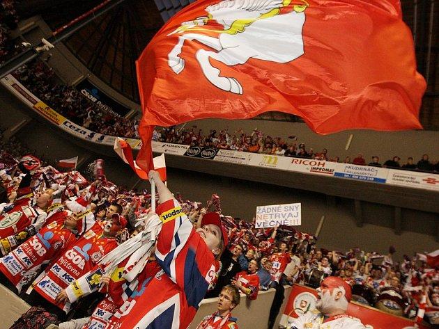 Pod červenou vlajkou věří pardubičtí fanoušci ve vítězství