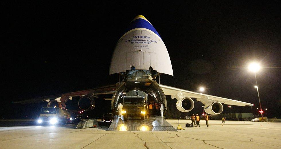 Na pardubickém letišti přistál nákladní speciál Antonov An-124-100M Ruslan s dalším nákladem  zdravotnického materiálu a ochraných prostředků.