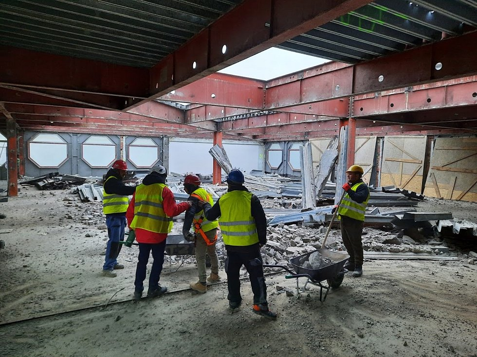 V Prioru to opět ožilo. Dělníci bourají stropy