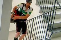 Poznáte pachatele krádeží kol? Muž v cyklistickém dresu už jich ukradl několik.