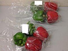 Pětašedesátiletý zákazník se jal vybírat žluté papriky z ostatních balení. V obchodě to neviděli úplně rádi.