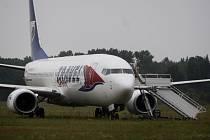Boeing 737-800 po nezdařeném přistání skončil mimo letištní dráhu
