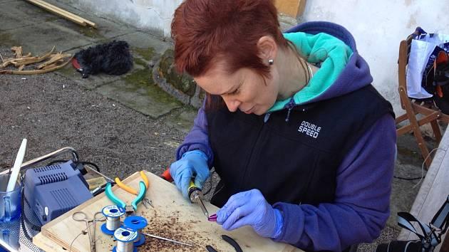 Výrobu cínovaných a drátovaných šperků s minerály představila Lenka Andrlíková Drašarová z Pardubic.