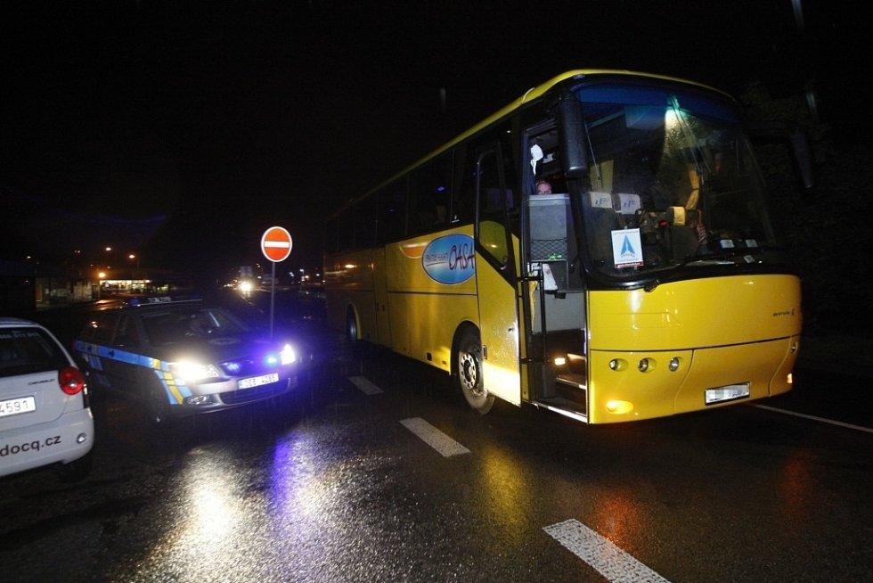 Autobus na přechodu pro chodce srazil 46letou ženu