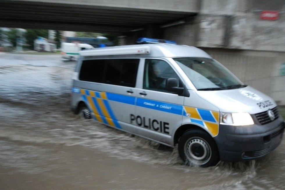 Pomoc při povodních. Silnice v Kralupech nad Vltavou musela služební auta přebrodit.