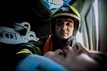 Vyprošťování u dopravní nehody. Snímky fotografa Jiřího Sejkory budou součástí vernisáže výstavy Floriáni dnešních dnů.