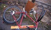 Střet nákladního vozu a cyklisty v Pardubicích. Náklaďák do cyklisty naštěstí jen lehce drknul, nehoda se kromě několika modřin obešla bez zranění.