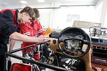 Střední škola automobilní v Holicích má nové učebny pro výuku technických oborů sautomobilním zaměřením a nové dílny pro odborný výcvik, které jsou vybaveny nejmodernější diagnostikou a servisní technikou.